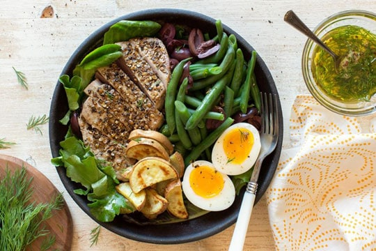 Bowl of tuna with eggs and vegetables